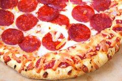 Pizza de pepperoni épaisse de croûte Image stock