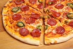 Pizza de pepperoni avec le froid coupée en tranches Image stock