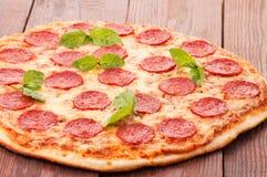 Pizza de pepperoni, d'isolement sur le fond blanc Photographie stock libre de droits