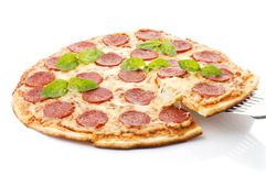 Pizza de pepperoni, d'isolement sur le fond blanc Photo stock