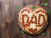 Pizza de pepperoni dans la forme de coeur et le mot de papa Photographie stock libre de droits