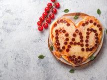 Pizza de pepperoni dans la forme de coeur et le mot de papa Image libre de droits