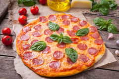 Pizza de pepperoni faite maison traditionnelle avec le salami Photos libres de droits