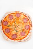 Pizza de pepperoni fina original italiana da crosta Fotografia de Stock