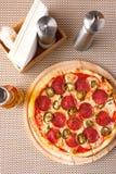 Pizza de pepperoni fraîche en journée dans le café Photo libre de droits