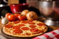 Pizza de pepperoni fresca imagens de stock royalty free