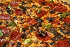 pizza de plan rapproché coupée en tranches Images stock