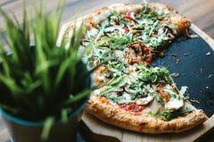 Pizza de plaque en bois photographie stock libre de droits