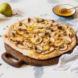 Pizza de poire avec du miel Photos stock