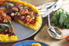 Pizza de Polenta de Vegan avec des disparus de tranche Photo stock