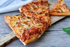 Pizza de poulet photographie stock libre de droits
