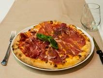 Pizza de prosciutto cuite au four par four en bois Photographie stock