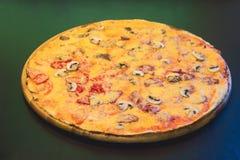 Pizza de queijo com carne Fotografia de Stock