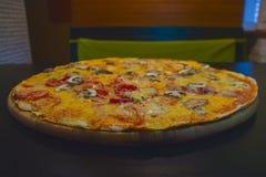 Pizza de queijo com carne Foto de Stock