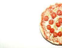 Pizza de queijo quatro caseiro com manjericão e oréganos sobre o fundo branco com copyspace Fotos de Stock Royalty Free