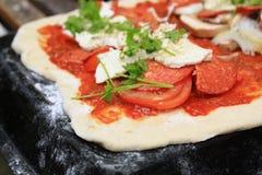 Pizza de salchichones fotos de archivo