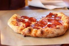 Pizza de salchichones crujiente gruesa clasificada personal caliente y deliciosa en un café en el tiempo del almuerzo en Ellensbu fotos de archivo