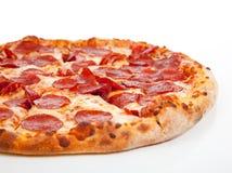 Pizza de salchichones en un fondo blanco imagen de archivo