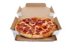 Pizza de salchichones en un rectángulo en blanco foto de archivo