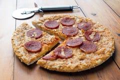 Pizza de salchichones en un tablero de madera Fotos de archivo