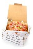 Pizza de salchichones en una caja para llevar de la pizza imágenes de archivo libres de regalías