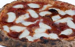 Pizza de salchichones encendida madera Foto de archivo libre de regalías