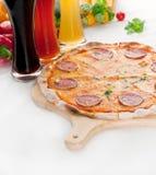 Pizza de salchichones fina original italiana de la corteza Imagenes de archivo
