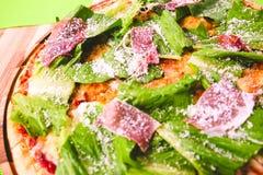 Pizza de salchichones hecha en casa caliente preparada Bon Appetit Imagen de archivo libre de regalías