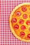 Pizza de salchichones media imágenes de archivo libres de regalías