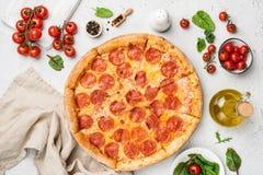 Pizza de salchichones sabrosa en el fondo blanco imagenes de archivo