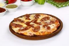 Pizza de salsicha com queijo imagens de stock
