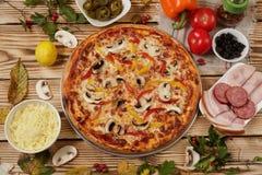 Pizza de salsicha italiana com ingredientes imagem de stock royalty free