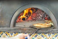 Pizza in de traditionele houten-brandt oven wordt gebakken die royalty-vrije stock fotografie