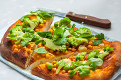 Pizza de Vegan avec les pois chiches et le brocoli Photo stock