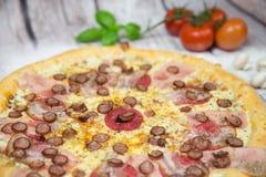 Pizza de viande avec le fond photos stock