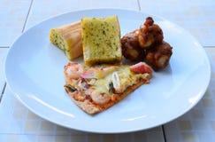 Pizza dei frutti di mare e pane all'aglio e pollo piccante grigliato Immagine Stock