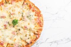 pizza del bacon e degli spinaci immagini stock libere da diritti