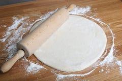Pizza del balanceo Foto de archivo libre de regalías