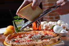 Pizza del condimento di rivestimento fotografia stock libera da diritti
