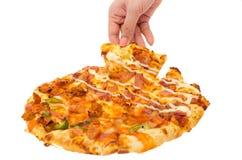 pizza del control de la mano del hombre Imagenes de archivo