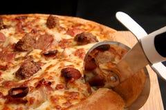 Pizza del corte Fotos de archivo libres de regalías