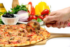 Pizza del corte de la mano del hombre Foto de archivo libre de regalías