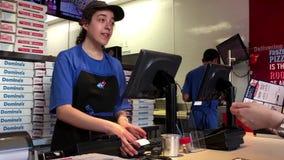 Pizza del dominó del cliente y recibo de compra el tomar
