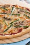 Pizza del fungo dell'asparago Immagini Stock