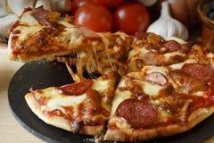 Pizza del gourmet di festività della carne del BBQ fotografie stock libere da diritti