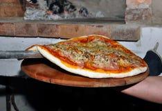 Pizza del horno de la leña fotos de archivo libres de regalías
