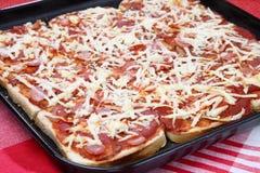 Pizza del pan en cacerola del forro Imágenes de archivo libres de regalías
