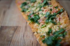 Pizza del pan francés. Bocadillo. Foco selectivo. fotografía de archivo libre de regalías