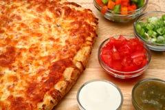Pizza del pane del formaggio e guarnizioni fresche Fotografie Stock Libere da Diritti