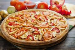 Pizza del pollo con los tomates Fotografía de archivo libre de regalías